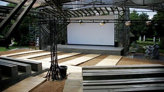 Летний кинотеатр с удобными