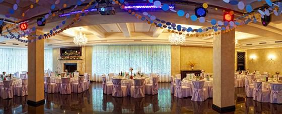 Ресторан Времена года - фотография 9 - Каминный зал с банкетной расстановкой